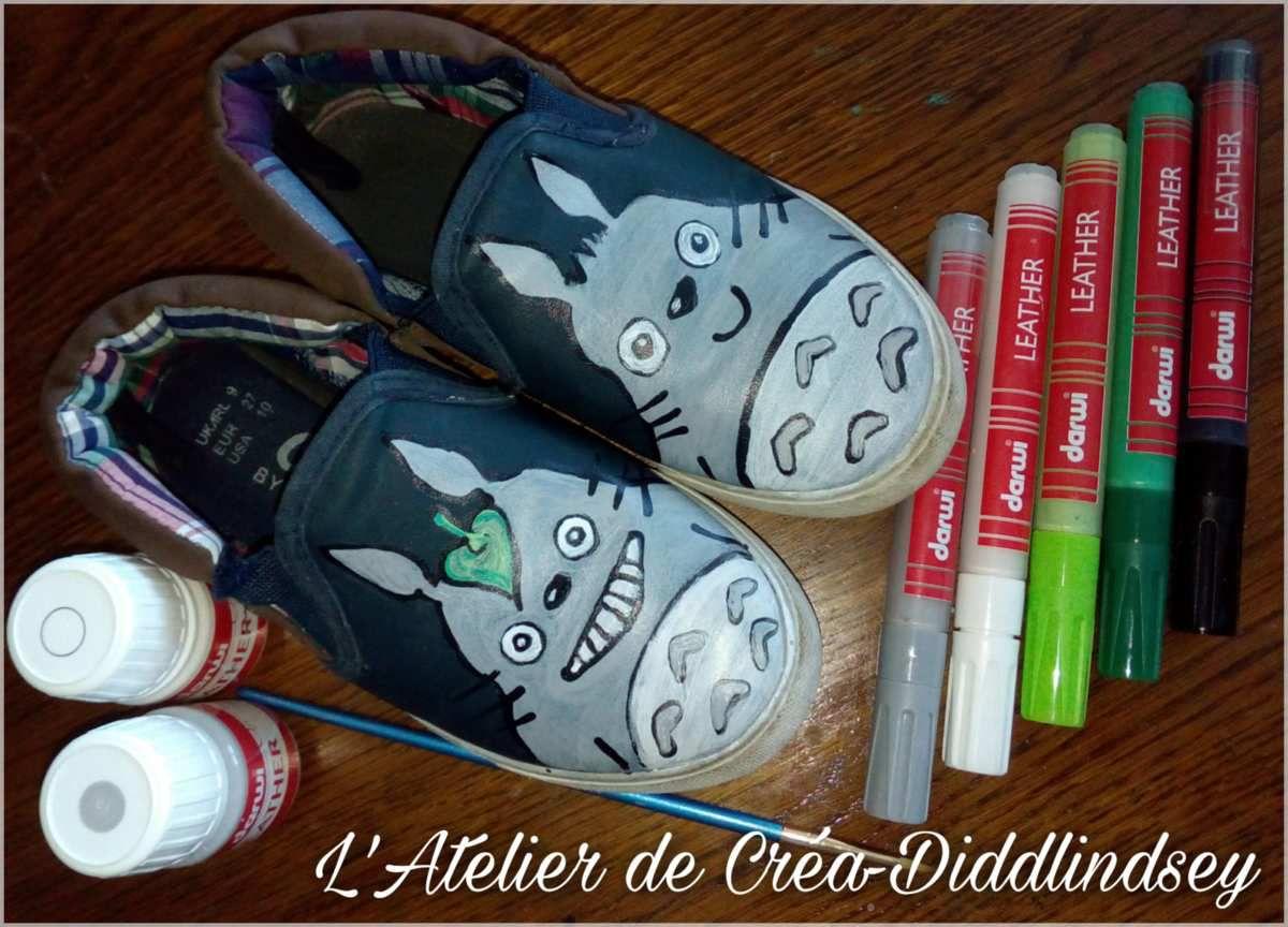 Voici ma dernière création de petites chaussures pour mon petit monstre qui me les réclamer depuis un petit moment. Elles sont peintes à main levée grâce à la peinture pour cuir et faux cuir darwi leather. Ici j'ai utilisé les marqueur ainsi que la peinture en pot appliquer au pinceau. Laisser sécher 48 heures. Et voir la tête de mon fils quand il a eu enfin ses petites chaussures mon voisin Totoro !