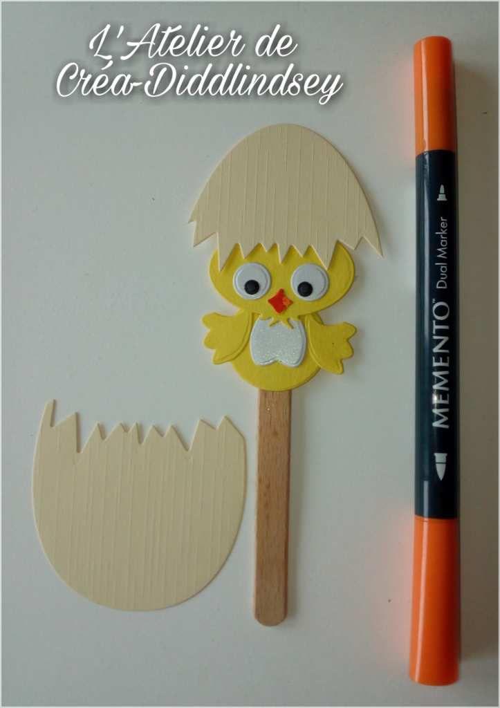 Assembler le poussin et son œuf comme sur la photo sur un bâton de glace puis utiliser un feutre pour coloré le bec