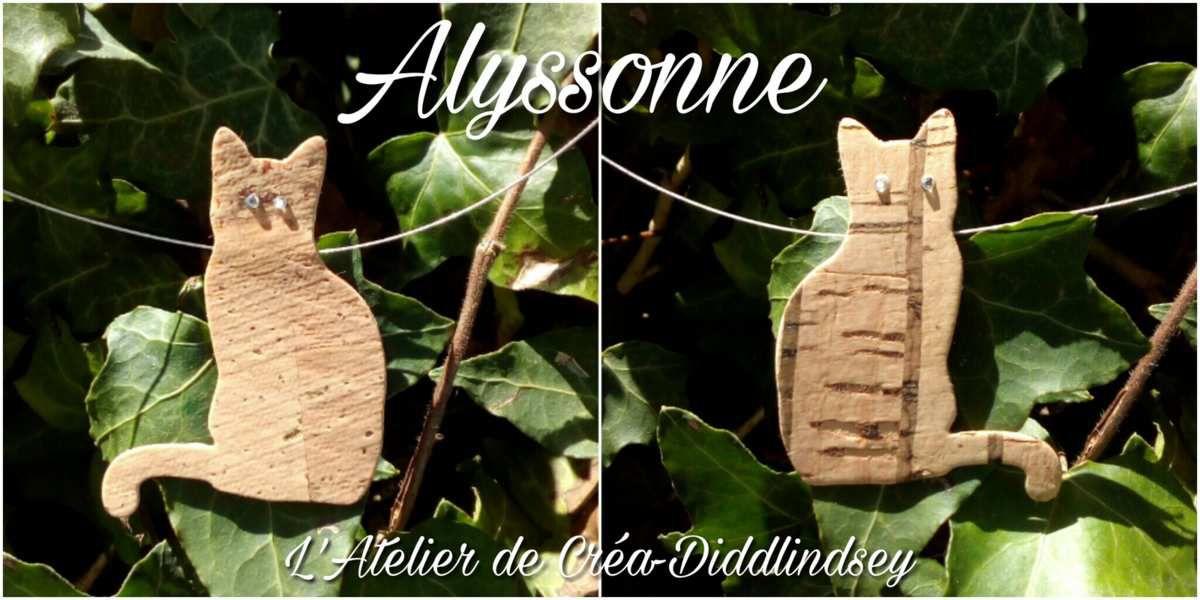Voici un joli collier tout simple réalisé par ma mini moi grâce au die chat Nellie Snellen et des feuilles de cuir de Liège. Le tout assembler avec de la colle pour cuir de liège sur un tour du cou en file câble que j'avais préalablement préparé. Les strass ont été posées grâce au fer à strass ki single.