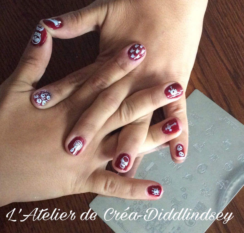 """Petit nail Art sur base rouge avec la """"Konad square image plate 04"""" Et vernis Konad Blanc"""
