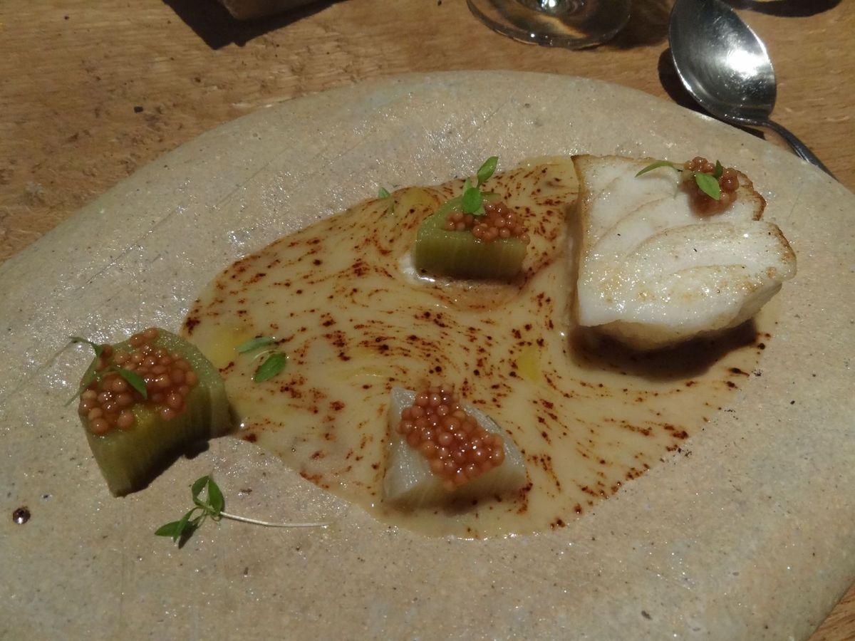 Poisson: Cabillaud, crème d'ail blanc et noir, poireaux, graines de moutarde