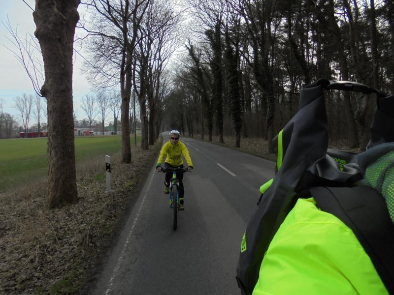 Die Spargelzeit naht. Motorradfahrer werden aktiv. Ausflugslokale in Kremmen sind leer. Der Wind war immer noch unser Freund. Mal von hinten oder von der Seite Süden.