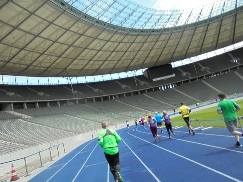 Der Einlauf in das Stadion ist immer sehr emotional. Im Ziel! Betina hatte sich einen Vorsprung erkämpft. Uwe wird immer schneller.Ihr Zeh hat auch mitgespielt.