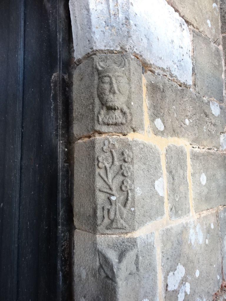 Les têtes gravées en grès du Sud de l'Eure - Les Essentiels Connaissance Eglise