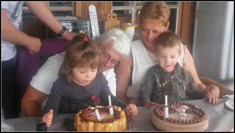Soufflage de bougies avec le cousin, la mamie et la tata ! Tata avait fait une succulente charlotte aux fruits et moi j'avais fait un 3 chocolats