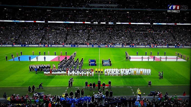 """Tous les joueurs y compris les remplaçants sont présents pour les hymnes nationaux, """"God save the Queen"""" & """"La Marseillaise"""""""