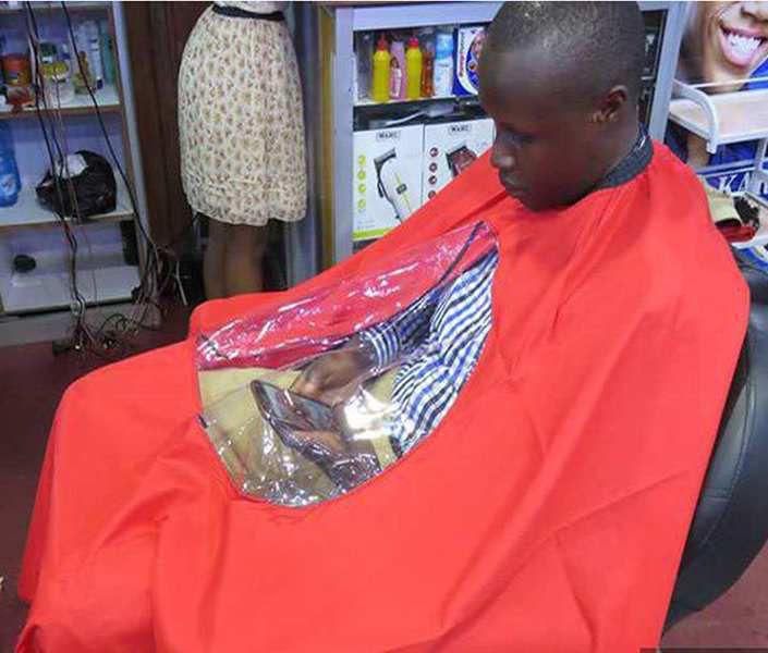 Humour coiffeur: Sacré tablier à smartphone