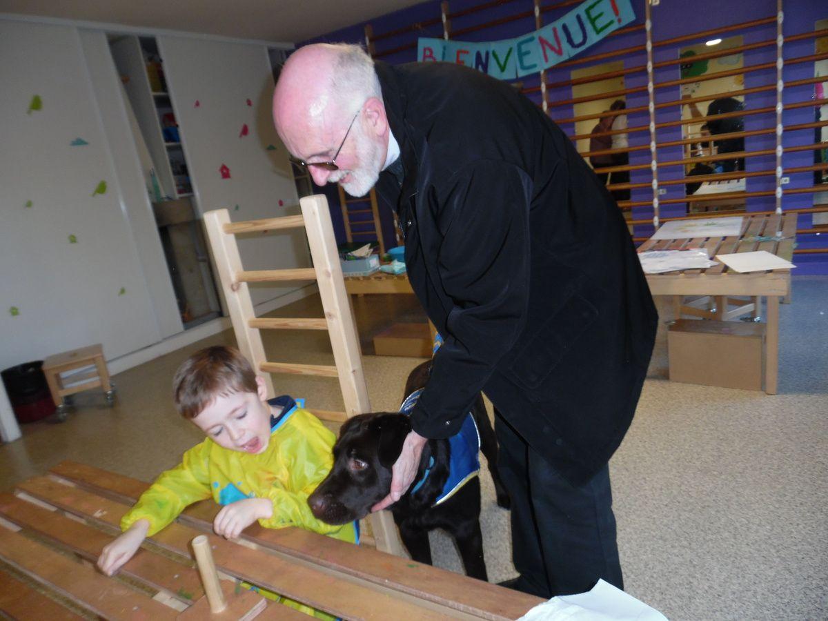 Eliot, plutôt à l'aise avec le chien de Handichiens Saint Brandan