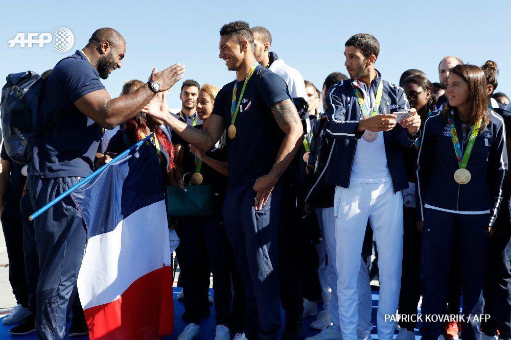 France - JO Rio 2016 : Teddy Riner, Tony Yoka et leurs camarades quelques minutes après leur arrivée à l'aéroport de Roissy CDG