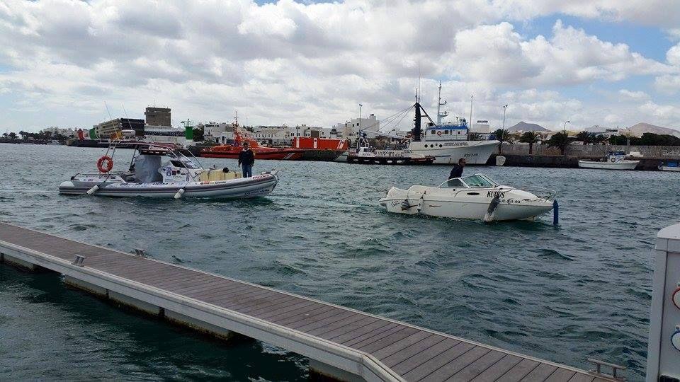 Le bateau est transporté de Arecife port à la marina Rubicon......Marina de rêve.... Une merveille.