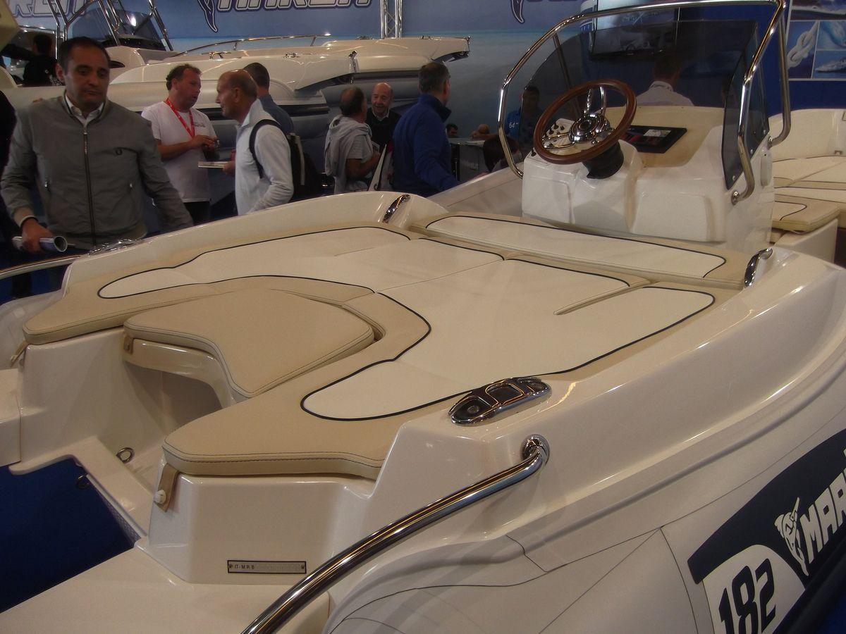 Le 18.2 de MARLIN, un joli petit bateau bien pensé, avec des bains de soleil bien réussis et grands