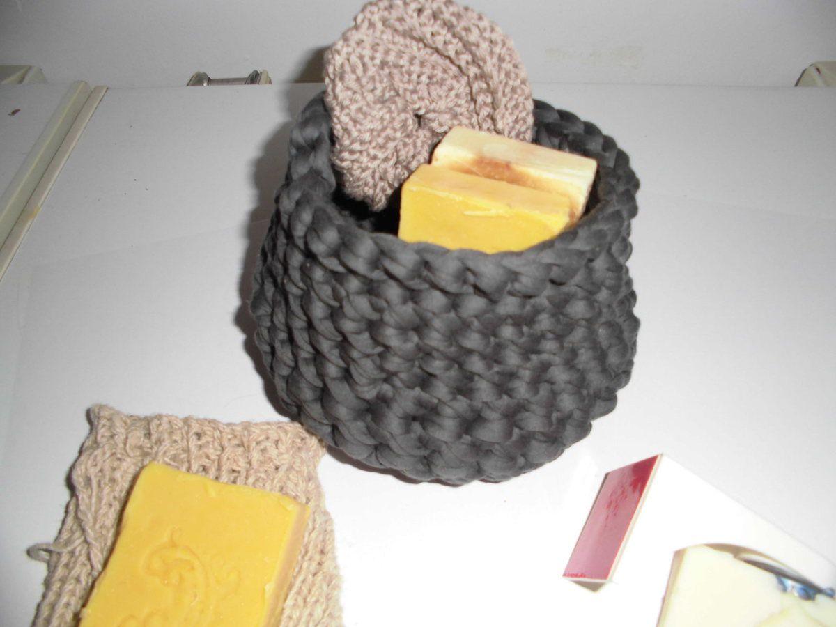 A la boutique : la corbeille en fibres recyclée et son tawashi recyclé à offrir avec vos savons