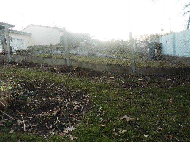 Vue sur le jardin du voisin, vais mettre un brise vue en attendant que pousse ma nouvelle haie. Je suis trop à decouvert!!!!