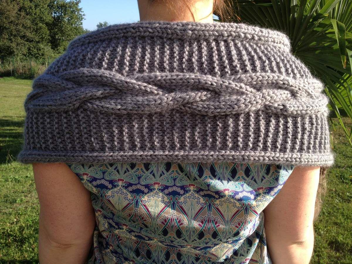 Chauffe épaules torsadé gris (détail du dos)