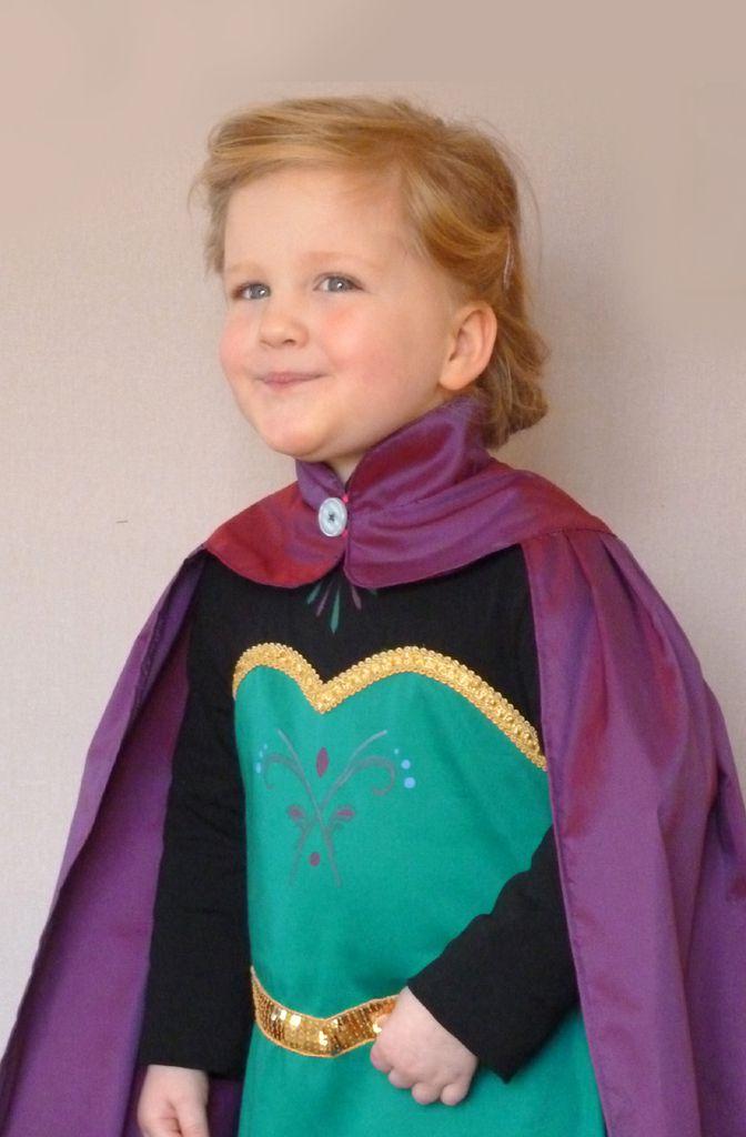 satin de coton vert, jersey noir, taffetas violet, sequins et galon doré. peinture main sur le corsage.
