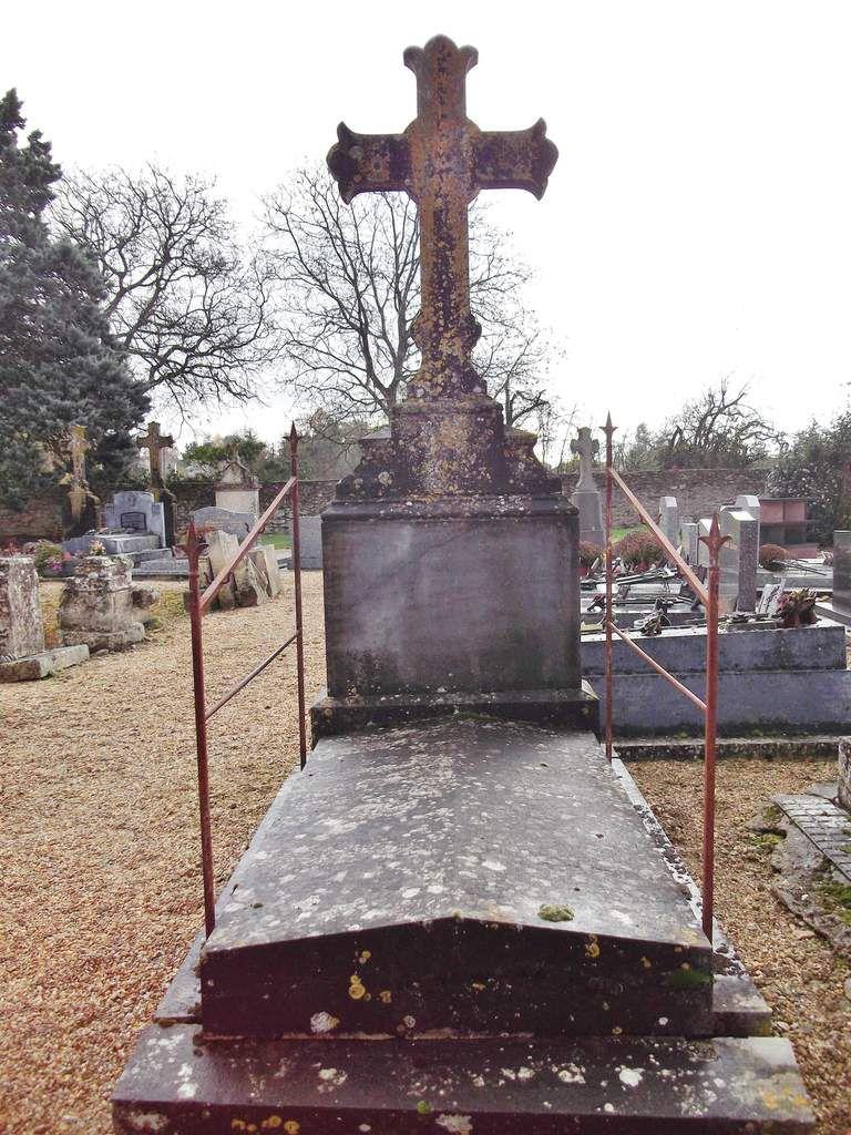 sa tombe dans le cimetière de Chéneché