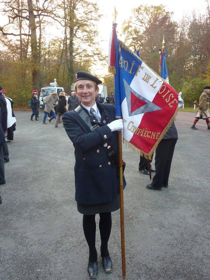 Nathalie portait, lors des cérémonies nationales du 11 novembre dernier, un des Drapeaux de notre ADIF-FNDIR de l'Oise