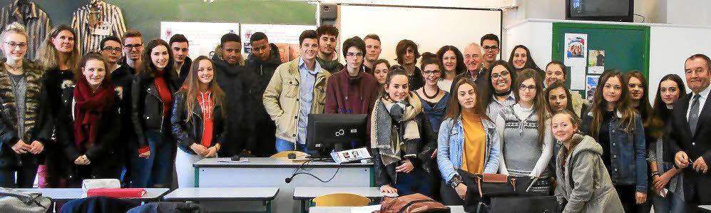 Guy Jouan, Bruno Vigouroux et les élèves de 1ère ES de Pontivy (photo D.R. Le Télégramme)