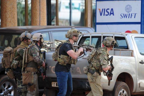 Attaque terroriste à Ouagadougou : qui est l'homme au tee-shirt noir inséré dans un groupe du COS ?