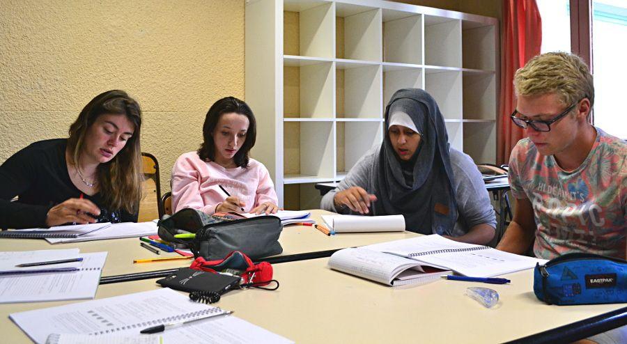 Cecilia, Camille, Bouchra et Clément font de la théorie des groupes
