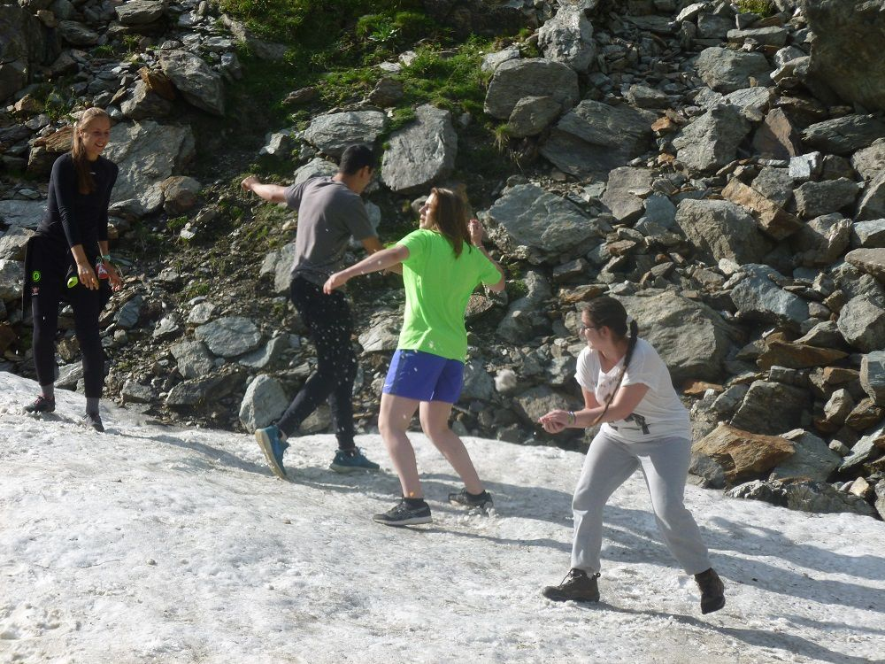 Jeannie, Iris, Adam et Maud en train de faire une bataille de boule de neige.