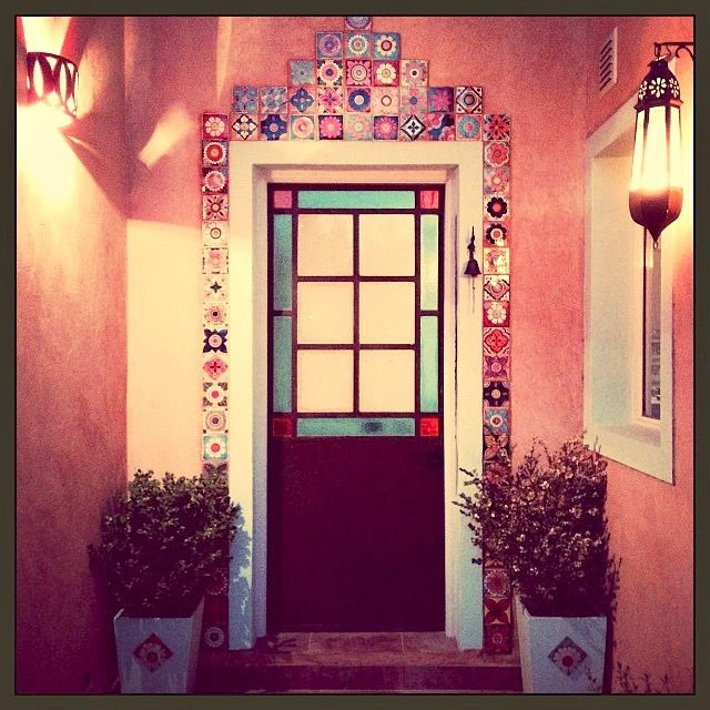 Una puerta rocificada azulejos artesanales elaborados y decorados a mano - Azulejos artesanales ...