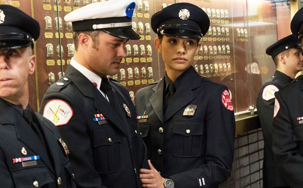 Critiques Séries : Chicago Med. Saison 1. Episode 18, Chicago Fire. Saison 4. Episode 23, Chicago P.D.. Saison 3. Episode 22