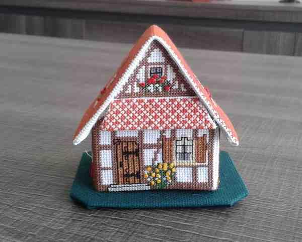 Cottage au toit de tuiles terminé