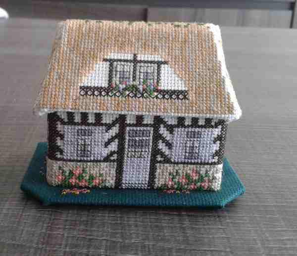 Cottage au toit de chaume terminé !