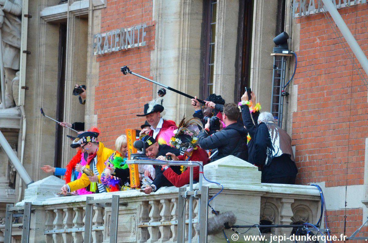 Carnaval de Dunkerque 2017 - La Bande des Pêcheurs - Le jet de harengs .