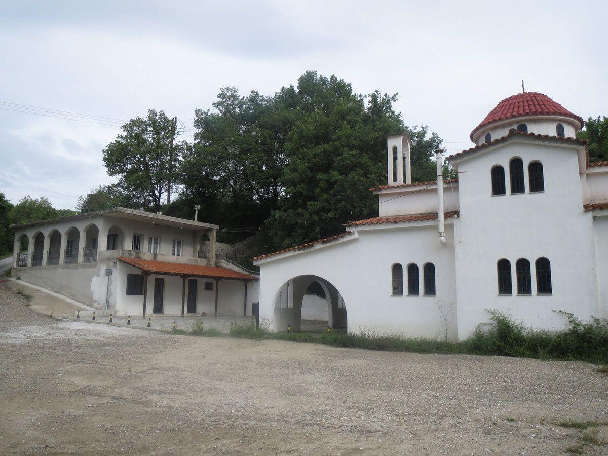 Pris par un orage nous sommes hébergés (...abrités) par une église orthodoxe sur la route de Paranesti