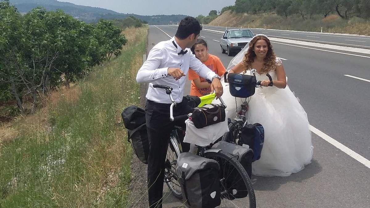 Nos vélos sont réquisitionnés sur la route de balikésir par un couple turc 'Just married' pour leurs photos de mariage...Louis n'a meme pas eu le temps d'enlever son slop qui sèche sur le guidon