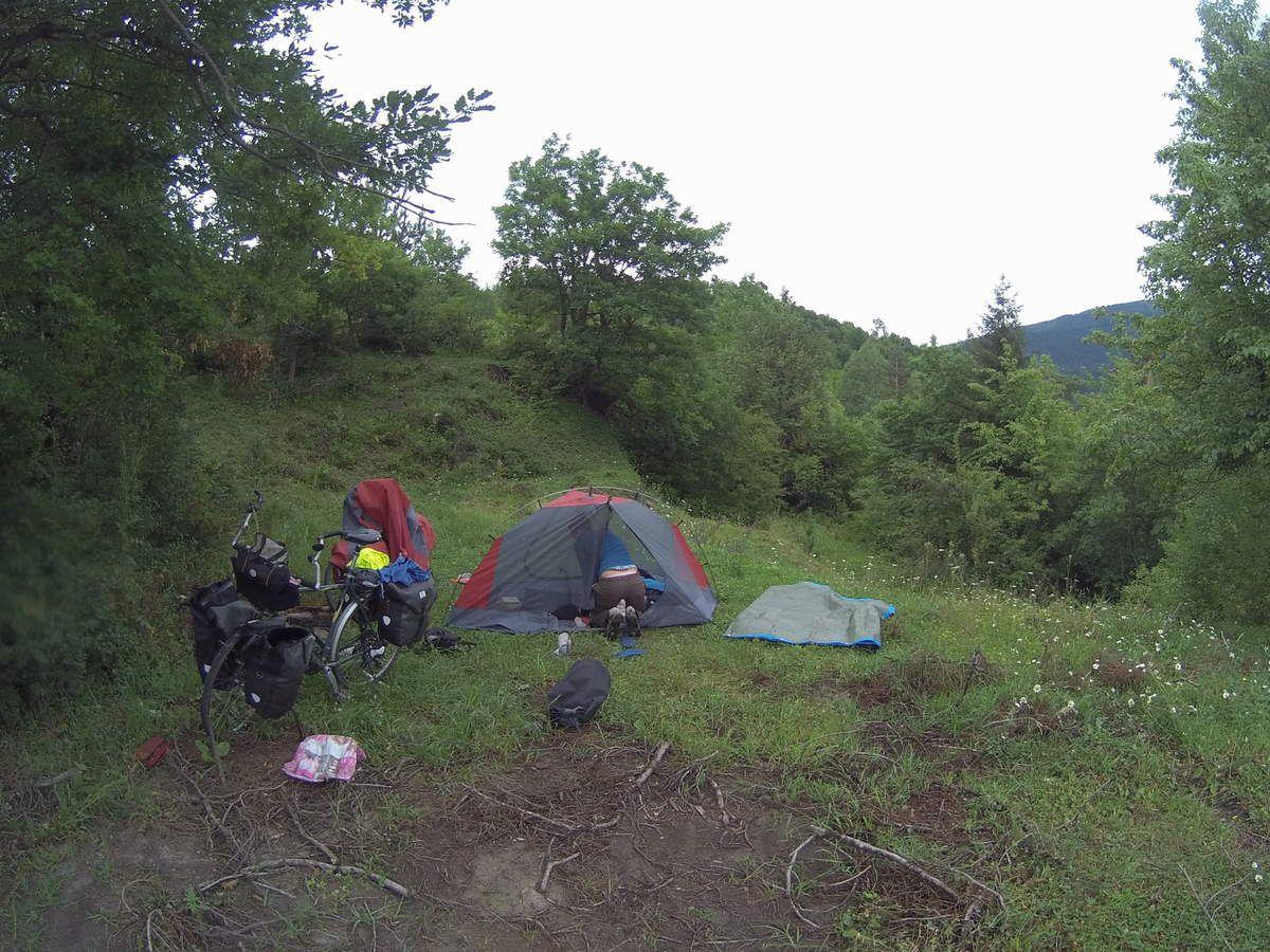 Jeff redescend dans la vallée et nous continuons sur la piste. A midi une famille de paysans musulmans nous offrent pain, fromage et yaourt maison, cafe.Nous passons un col à 2000 dans la brume puis redescendons sur adigeni  où nous plantons la tente dans un champ.