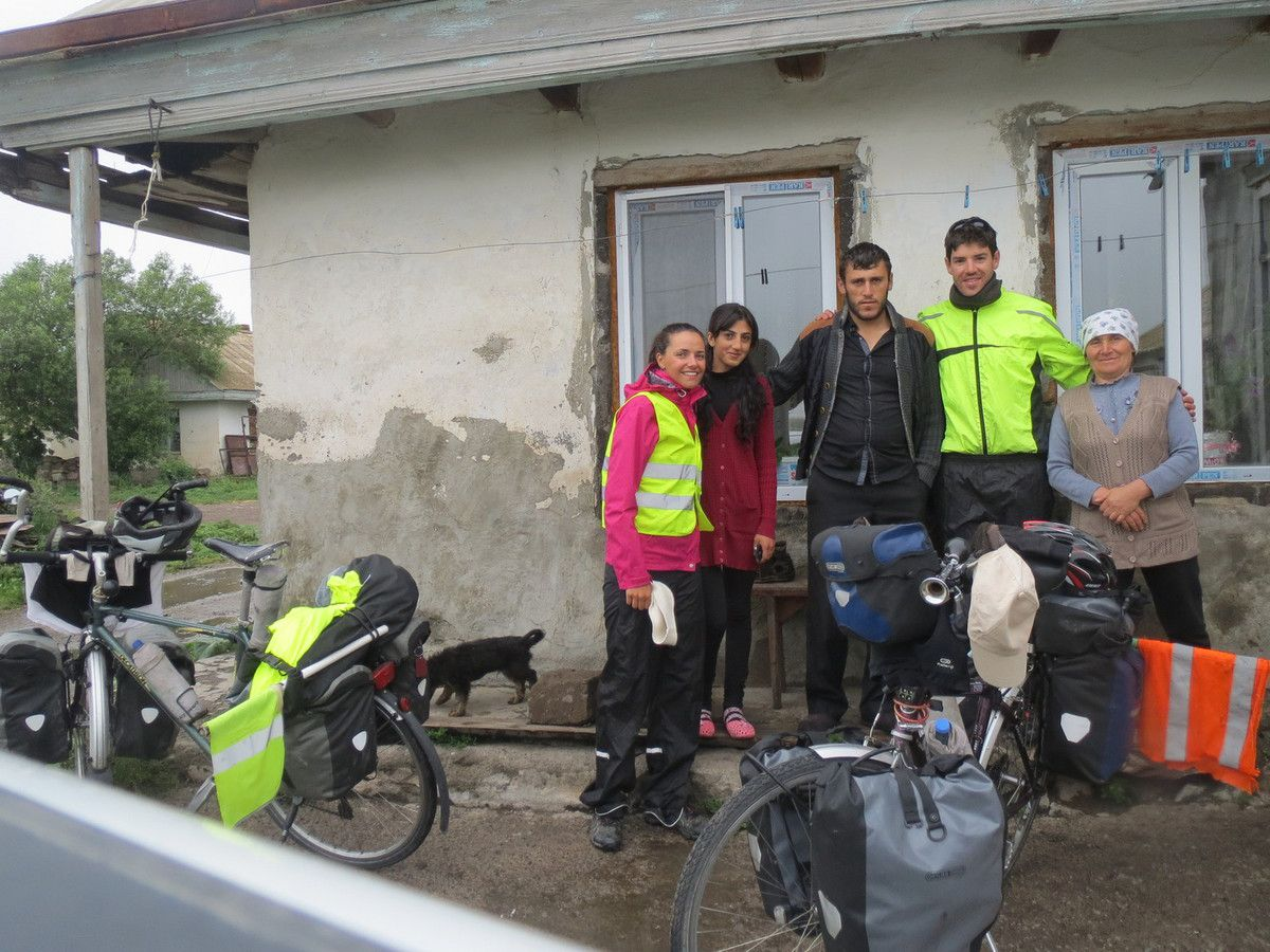 Le lendemain nous profitons d'une fenetre météo et quittons la petite ferme pour rejoindre l'Arménie à 10km.