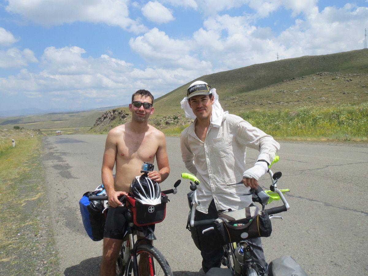 Nous roulons avec marcus un polonais qui fait le tour de georgie armenie. A midi une famille nous offre des vivres et une bible!