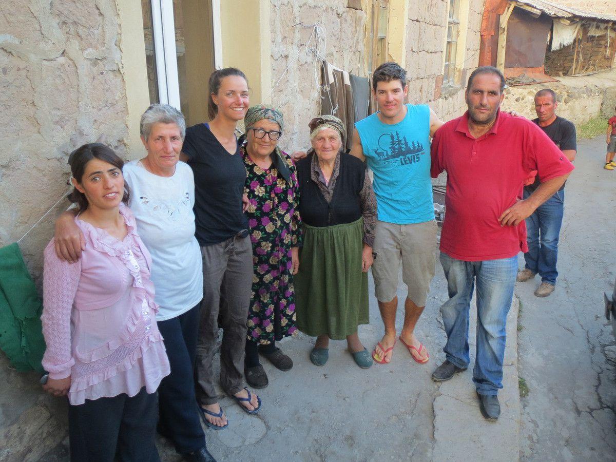 Le soir nous sommes invités par Emin et sa famille dans leur ferme. La belle soeur accouche le soir même et nous fêtons ça avec un barbecue (façon armenienne) et de la vodka