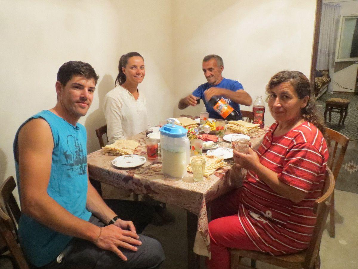 Le soir nous sommes accueillis dans une ferme par Manuel et sa famille. Nous buvons leur vin (petite production familiale de 50L/an). Il nous offre un bon repas avec du fromage maison (fait avec leur unique vache) et même leur lit!