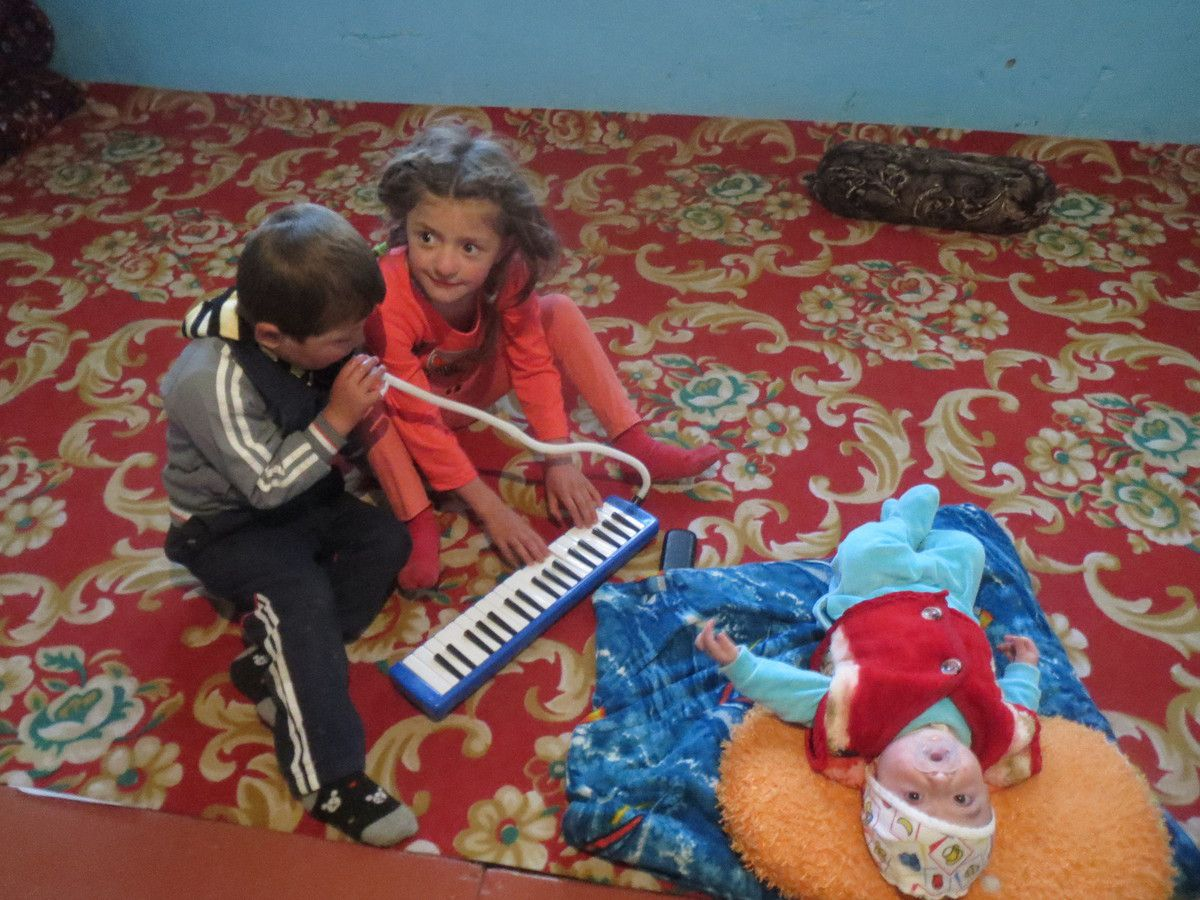 Louis se sépare du melodica et l'offre à une petite fille Tadjik (ferme où nous passons la nuit à 3500). Elle est son frère l'adoptent immédiatement!