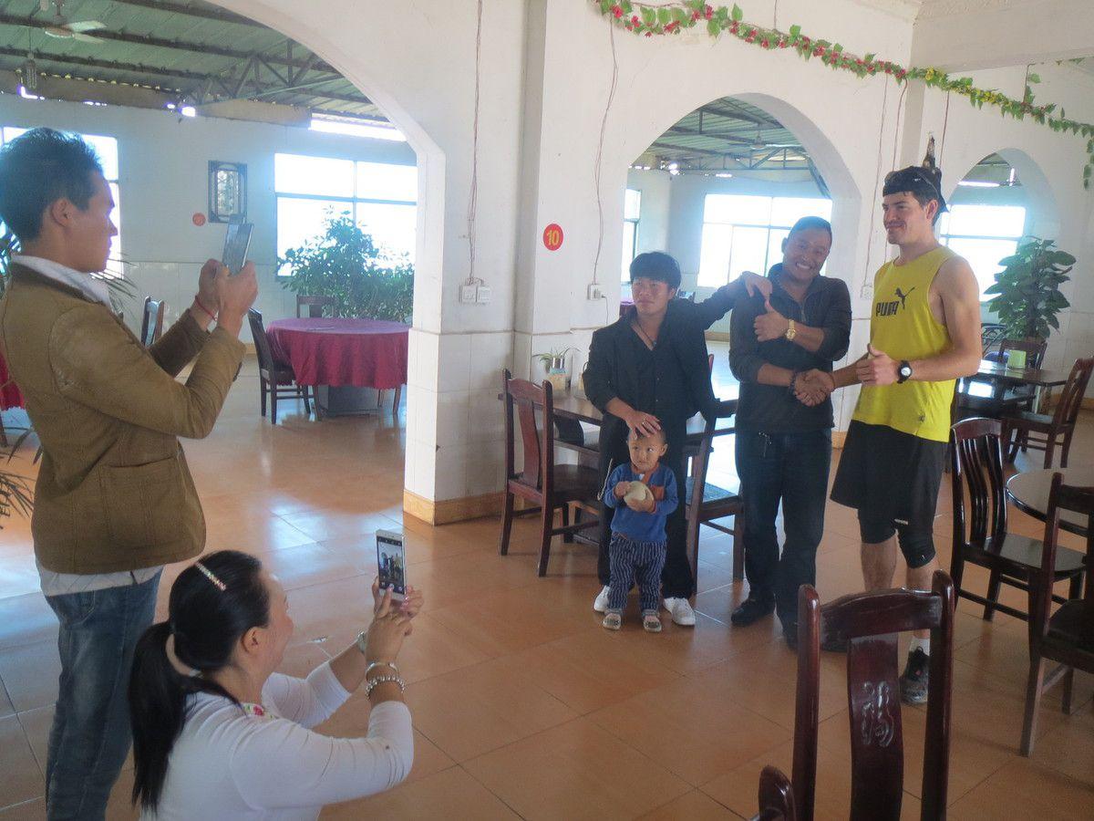 Les chinois nous observent avec curiosité. Souvent ils nous arrêtent pour prendre des photos. Ici le tourisme est assez développé mais reste à 100% chinois.