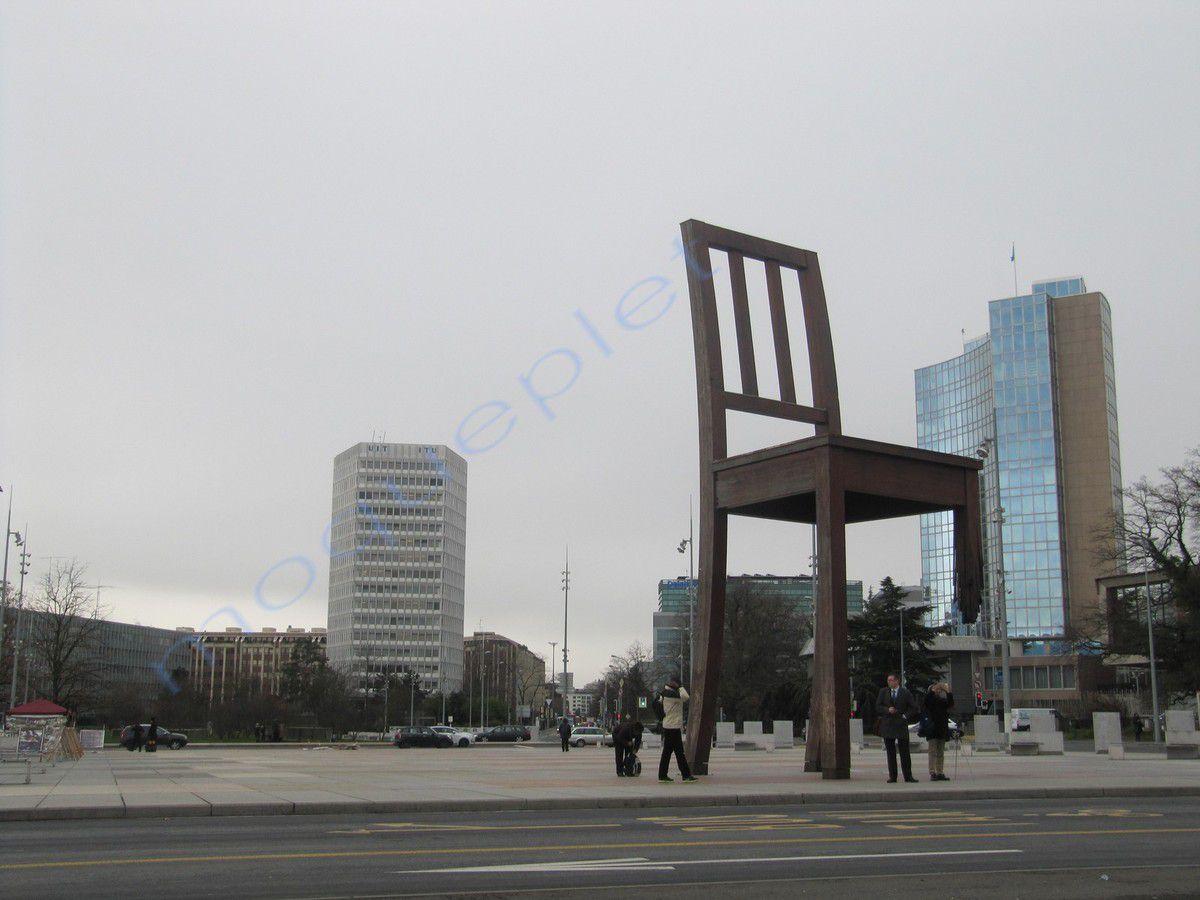 Genève - &quot&#x3B;La chaise cassée&quot&#x3B; devant l'ONU