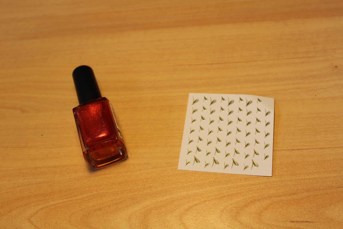 Nail-art rouge et sticker doré