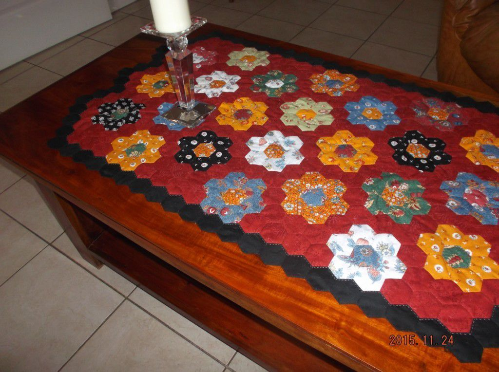 tapis de table fini patch et quilting chez kitty. Black Bedroom Furniture Sets. Home Design Ideas
