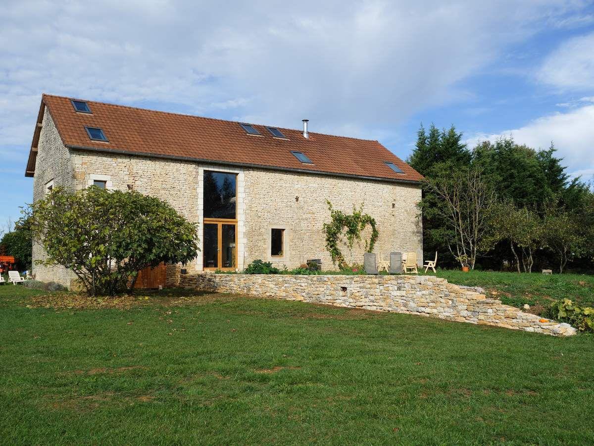 Maison pierre seche duune terrasse en bois bonnieux with - Maison en pierre seche ...