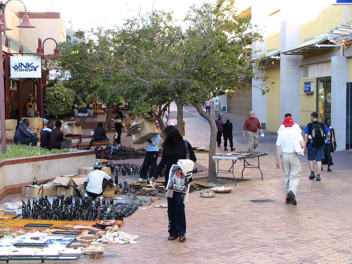 Die Innenstadt von Windhoek, der Hauptstadt von Namibia. Es ist zwar die Hauptstadt, aber es geht sehr beschaulich zu. Keine Staus, kein Smok, kein Gehupe.