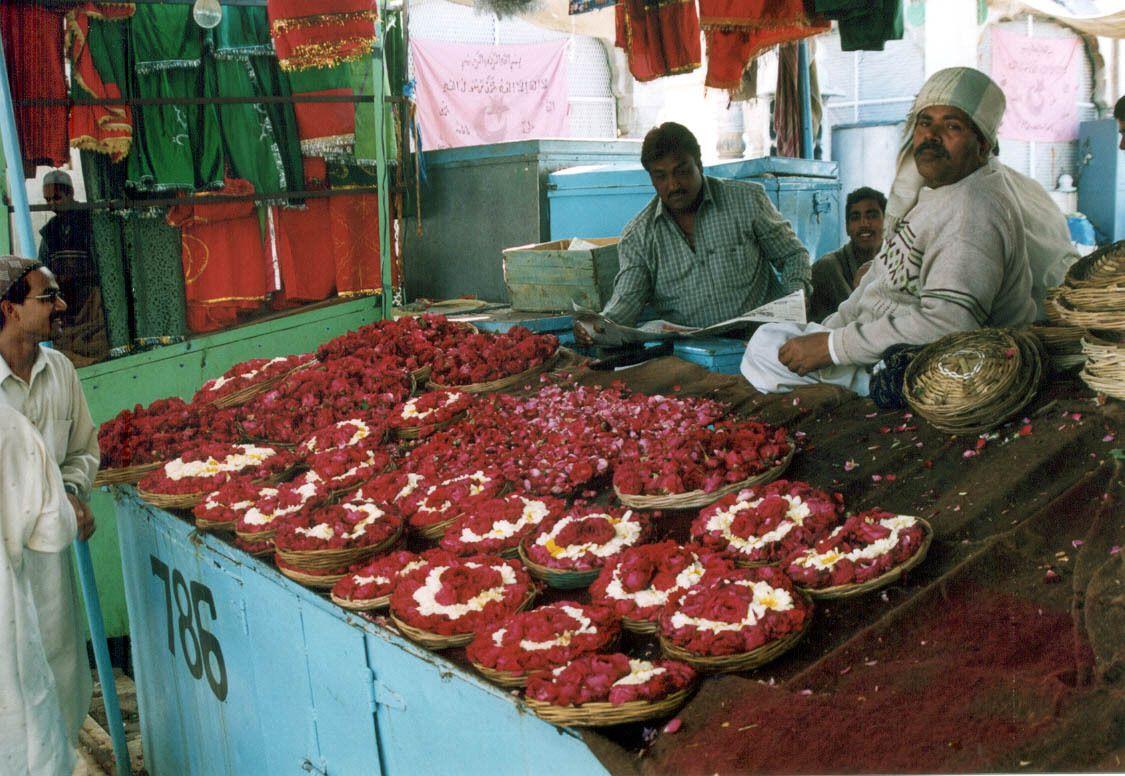 Im moslemischen Tempel von Ajmer werden Blumenkörbe an die gläubigen Pilger verkauft, die diese dann im Tempel opfern.