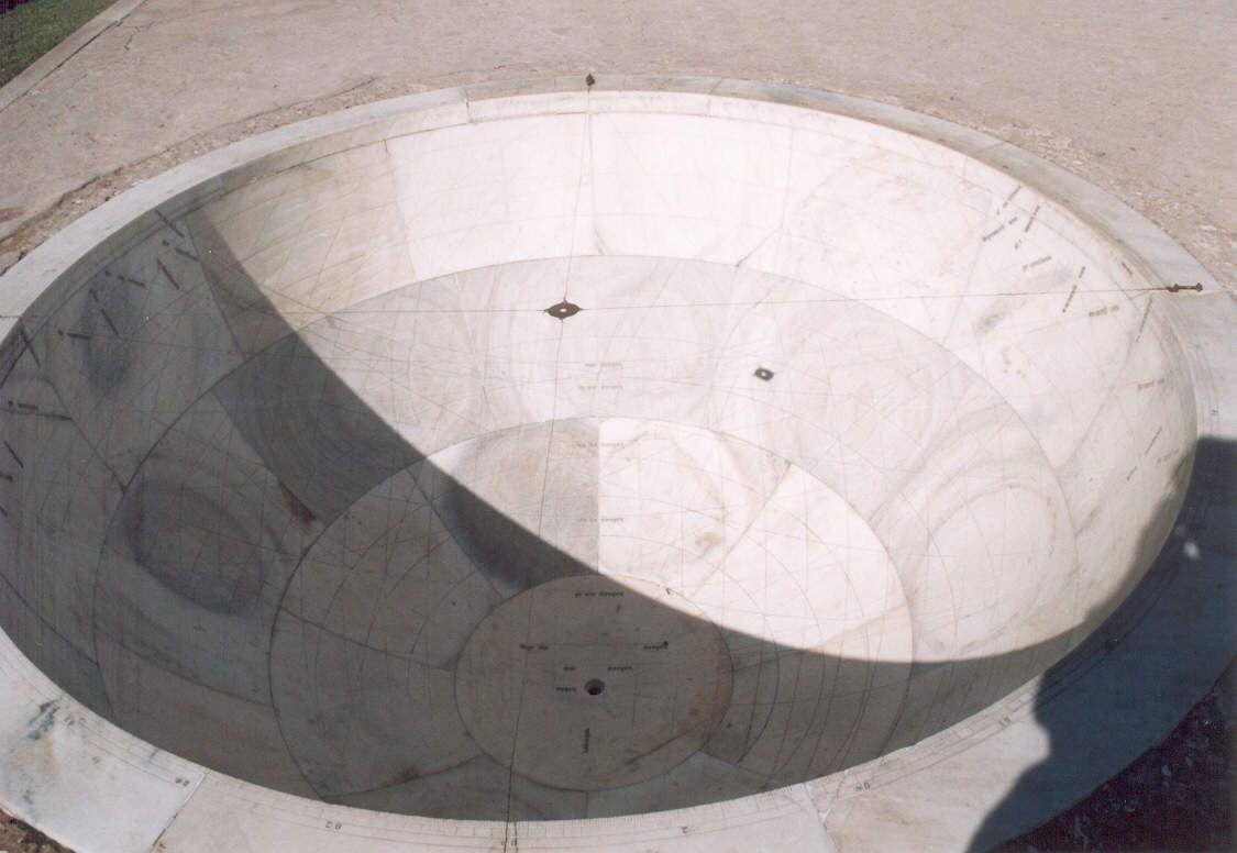 Diese 12 Türme dienten zur Beobachtung der 12 Sternzeichen. Über diesen Marmor-Halbkugeln sind zwei Seile gespannt, die ein Metallplättchen mit einem Loch halten. An dessen Schatten kann man den Verlauf der Sonne ablesen. Anhand der maximalen Höhe kann man die Jahreszeit ablesen. Priester ermittelten daraus z.B. den besten Zeitpunkt zum Heiraten.