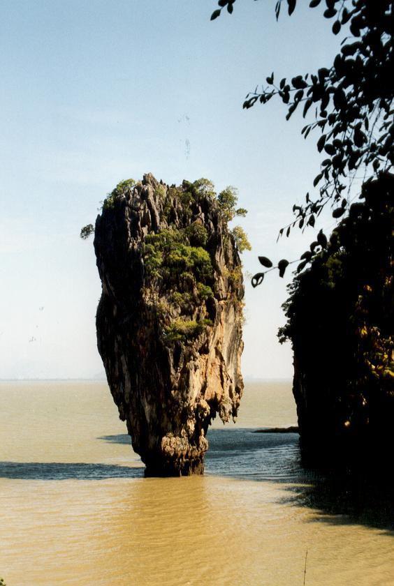 """Schon James Bond war hier Tourist -  """"James Bond Island"""" bei Krabi. Wir haben uns selber ein Boot gemietet und konnten die einzelnen Inseln immer dann verlassen, wenn die großen Touristenboote kamen."""