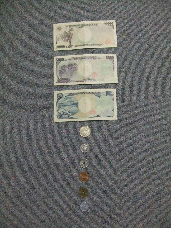 """Photo de toutes les devises japonaises, pour une fois que j'avais un billet et une pièce de chaque sorte. De haut en bas : 10 000, 5 000, 1 000, 500, 100, 50, 10, 5 et 1 yen. Oui, ici on ne s'embarasse pas avec des """"2"""". A noter qu'il n'y a pas de chiffre sur la pièce de 5 yen (la valeur est écrite en kanji), et la pièce de 1 yen a l'air d'être faite en plastique ^^'. Et ensuite, photo du dîner, avec entre autres des gyosa, les espèces de ravioles. Ceci était un bon dîner ^^."""