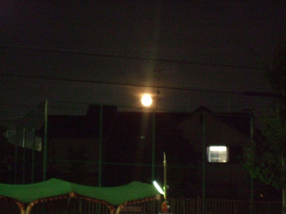 C'est sous les rayons d'une Lune rousse que nous arrivons au dormitory. Oui, on ne voit pas grand-chose sur la photo ><.