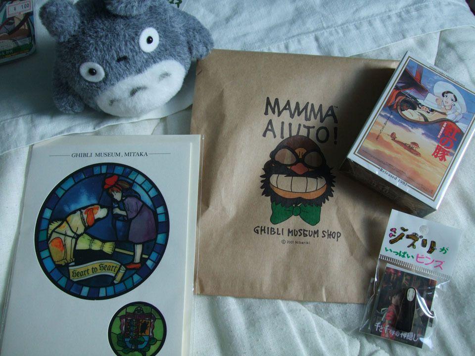 Nous passons maintenant sur mes seuls achats du Tokyo Game Show (en faisant exception des milliers de tracts et autres livrets qui étaient offerts un peu partout et dont je vous épargnerai les inutiles photos ^^'), à savoir les CDs des musiques de Chrono Trigger, Chrono Cross et les reprises de Secret of Mana. Sur la seconde photo, des cartes du jeu Weiß Schwarz (oui, les Japonais ont un délire sur l'allemand, j'ai l'impression), récupérées après la visite de Nippon Ichi et à Akihabara &#x3B; cela dit, je n'en ai pris que d'animés que je connaissais (La Mélancolie d'Haruhi Suzumiya, Clannad, Angel Beats!, Sword Art Online), mais n'en ai pas trouvé pour ceux que je préférais ^^'. Et pour la troisième image, quelques truc rapportés du Musée Ghibli (sauf la peluche), à savoir une carte, un puzzle, un pin's... tous des cadeaux :). J'ai pris le sachet en photo aussi parce qu'il est sympa, je trouve ^^.